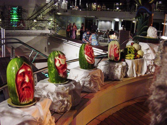 Sculpture de figures sur melons d'eau