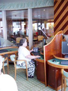 Micheline au Café Internet