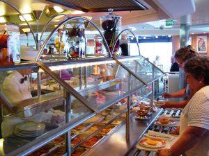 Comptoir diner - Micheline choisit son repas
