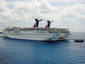 Deux navires de Carnaval au port