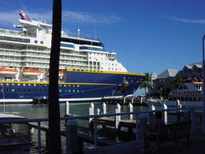 Vue partielle du navire au port