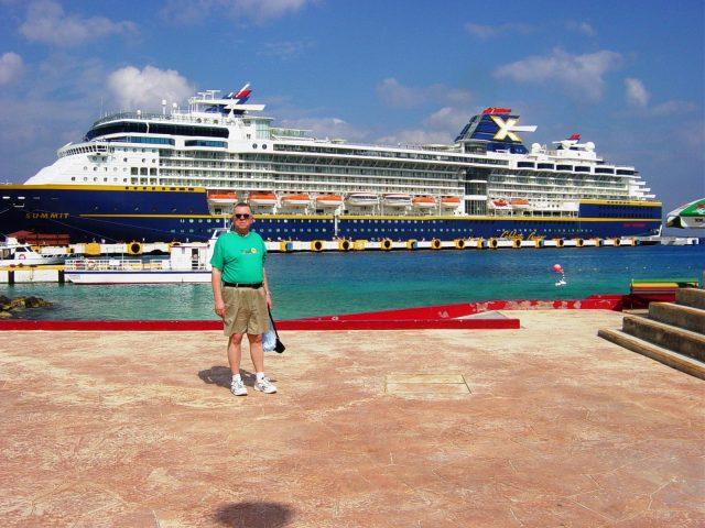 Daniel pose devant notre navire au port