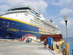 Gros plan de notre navire au port