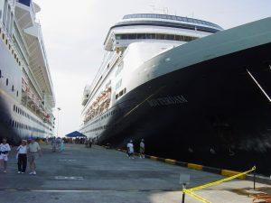 Notre navire à gauche et le Rotterdam de Holland America à droite