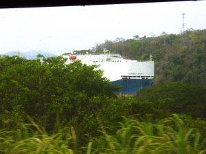 Navire sur le Canal de Panama, photo prise depuis le train