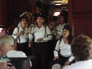 Les guides du train interprétant une chanson du pays