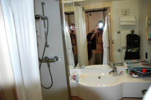 La salle de bain ( douche à gauche)