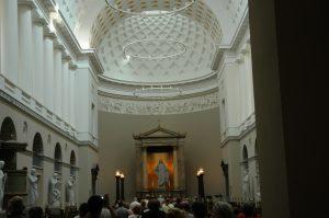 nef de la cathédrale Notre Dame et statues faites à Rome