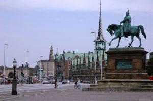 Statue équestre de Frederik VII et Au centre de Copenhague se trouve l'île de Slotsholmen. Proche de l'endroit où la ville a été fondée se trouve l'ancienne bourse de la capitale danoise.