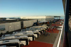 Les autobus pour les excursions nous attendent au port