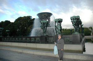 Micheline devant la fontaine