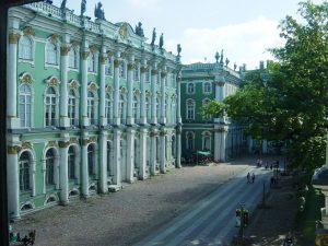 Autre aile du musée de l'Ermitage, est situé au bord de la Neva. C'est le plus grand musée du monde en termes d'objets exposés