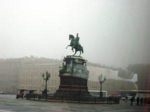 Statue de Pierre Le Grand à Saint-Pétersbourg un matin de brume