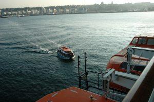 Les navettes approchent le navire arrivant de la ville