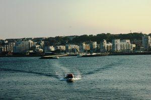 Les navettes qui alternent entre la ville et le bateau