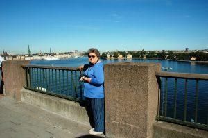 Micheline et la ville en arrière-paln