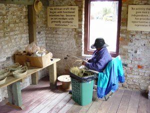Artisane qui fabrique des paniers à la main