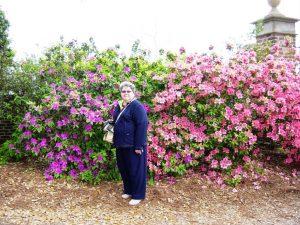 Micheline devant les belles fleurs