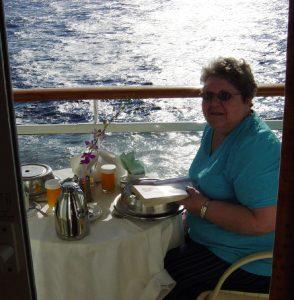 Micheline prend son petit-déjeuner sur le balcon