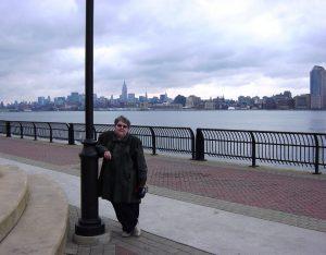 Micheline pose avec NY en arrière-plan
