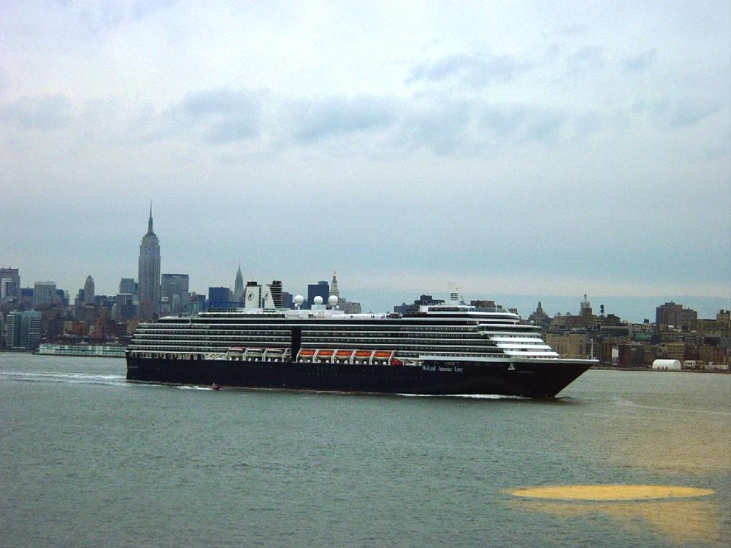 Un navire de Holland America quitte le port de NY