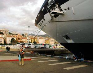Micheline pose devant le Century au port