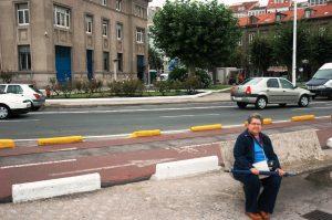 Micheline assise au port