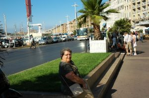 Micheline assise près du port