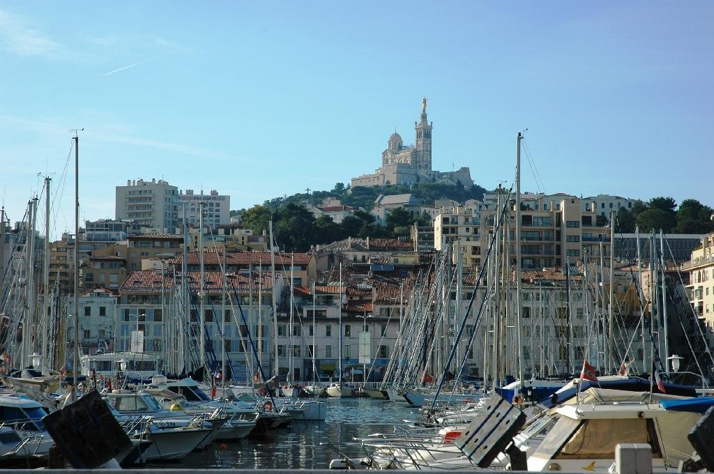 Le port et basilique Notre-Dame de la Garde (arrière-plan)