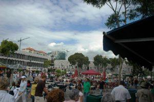 Beaucoup de touristes sur la Place du Commerce