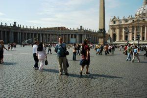 Daniel pose devant le Vatican