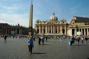 Micheline pose devant le Vatican