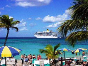 Vue de la plage et le navire en rade au large