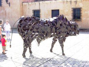 Un taureau en métal forgé domine la place d'Espagne