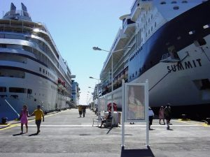 Notre navire (à gauche)