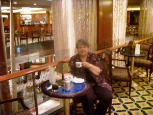 Micheline prend son cappuccino au Cova Café