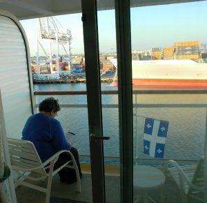 Micheline lit le journal du Jour sur le balcon