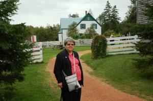 Micheline devant la maison aux pignons verts