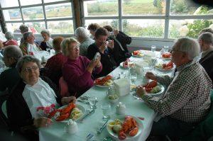 Micheline s'apprête èa manger du homard frais