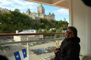 Micheline sur le balcon, le chateau Frontenac en arrière-plan