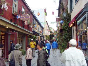 Les touristes visitent le Petit Champlain