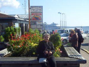 Micheline se repose au port Le Constellation (arrière-plan)