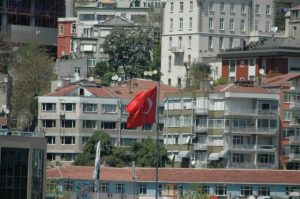 Le drapeau turc devant la ville