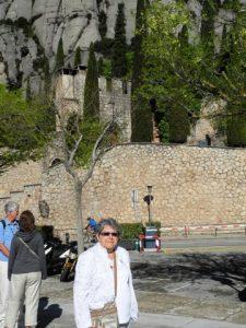 Micheline au pied du Monastère