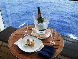Champagne et canapé sur la terasse de la cabine