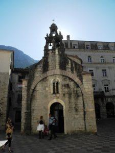 Une petite chapelle au clocher dégagé.