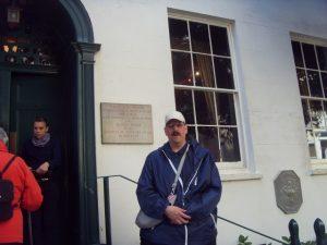 Gérald devant la maison Haute-Ville (Victor Hugo)