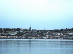 La ville de Cobh vu du bateau