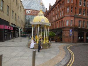Devant le centre d'achat Victoria Square