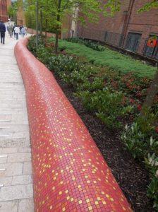 Sculpture représentant un serpent entre l'université Queen et le jardin botannique